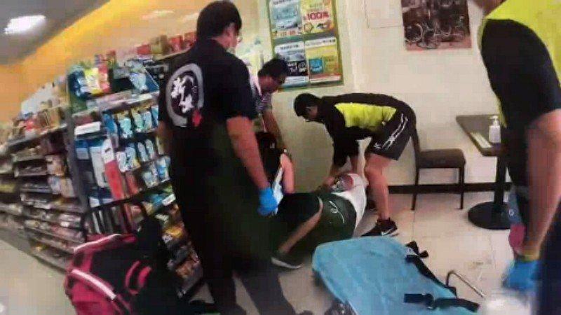 毒販鄭姓男子昨天在超商內準備進行毒品交易,見警方現身,為規避警方查緝,竟將身上一...