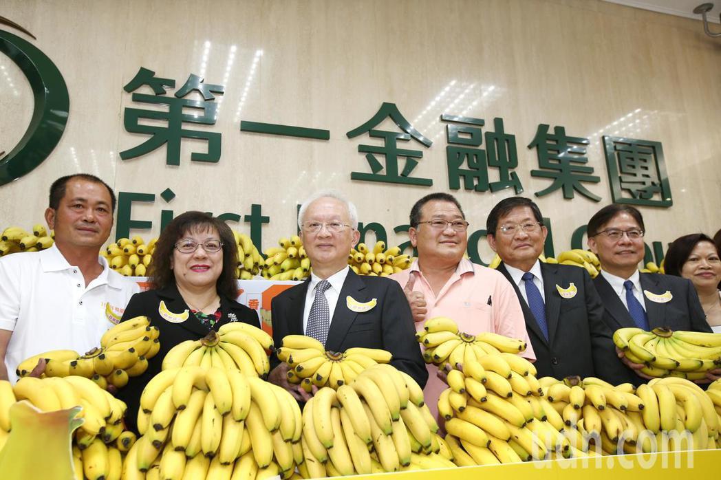 第一銀行董事長董瑞斌(左三)與總經理鄭美玲(左二)上午宣布第一銀行採購2400箱...