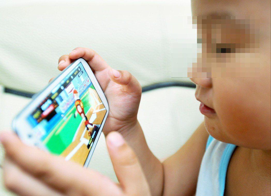 動物實驗顯示,藍光對於視網膜的傷害是累積性的,也就是使用手機1小時,無論是一次玩...