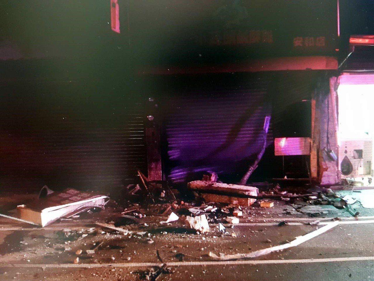 江姓男子駕駛奧迪轎車撞破民宅鐵門。圖/翻攝畫面