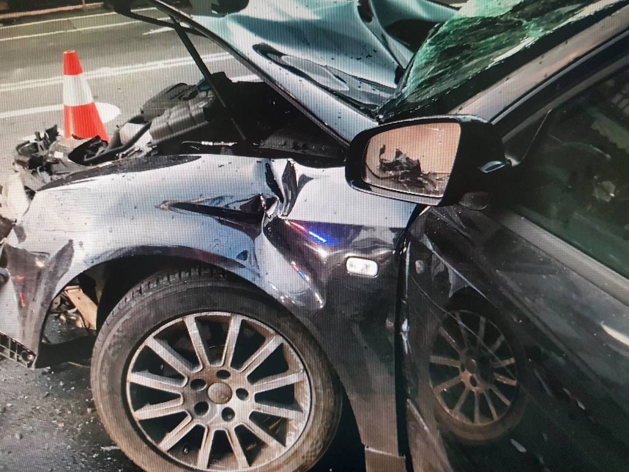 奧迪轎車車頭全毀。圖/翻攝畫面
