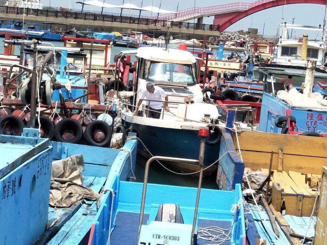 氣象預報將下大雨及豪雨,桃園市今天中午前仍艷陽無雨,沿海竹圍漁港漁民將漁船駛入港...