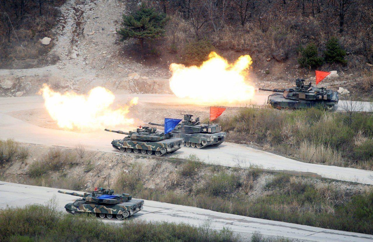 美國總統川普12日向北韓承諾將取消美韓聯合軍演。圖為南韓K1A1戰車和美軍M1A...