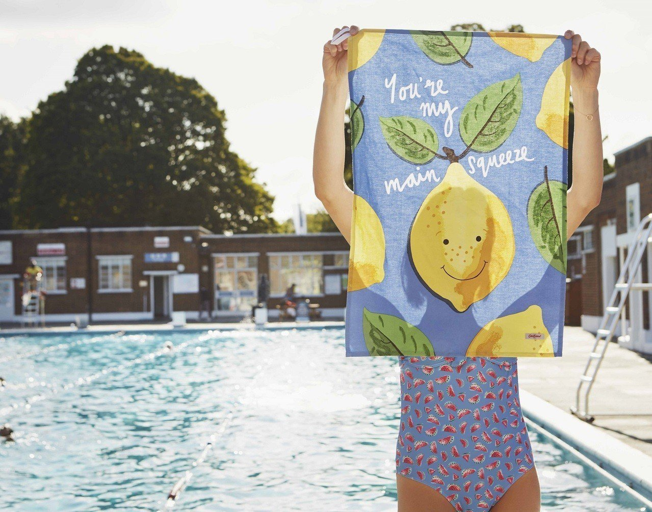 Cath Kidston推出小檸檬、夏季水果、西瓜與春季花蕾印花帶來清新涼爽感。...