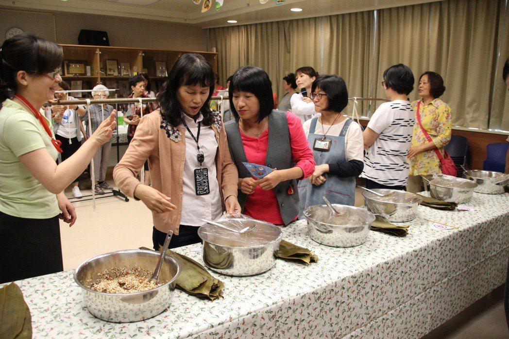衛生福利部桃園醫院營養科今日推出「健康包粽比賽,吃粽不增重」活動,利用桃園在地的...