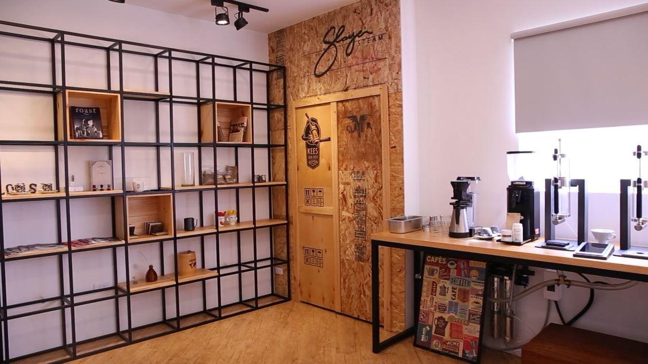 路易莎很多年前就將進口烘豆機的棧板保留下來,將其重新設計製作咖啡店用吧檯、裝置品...