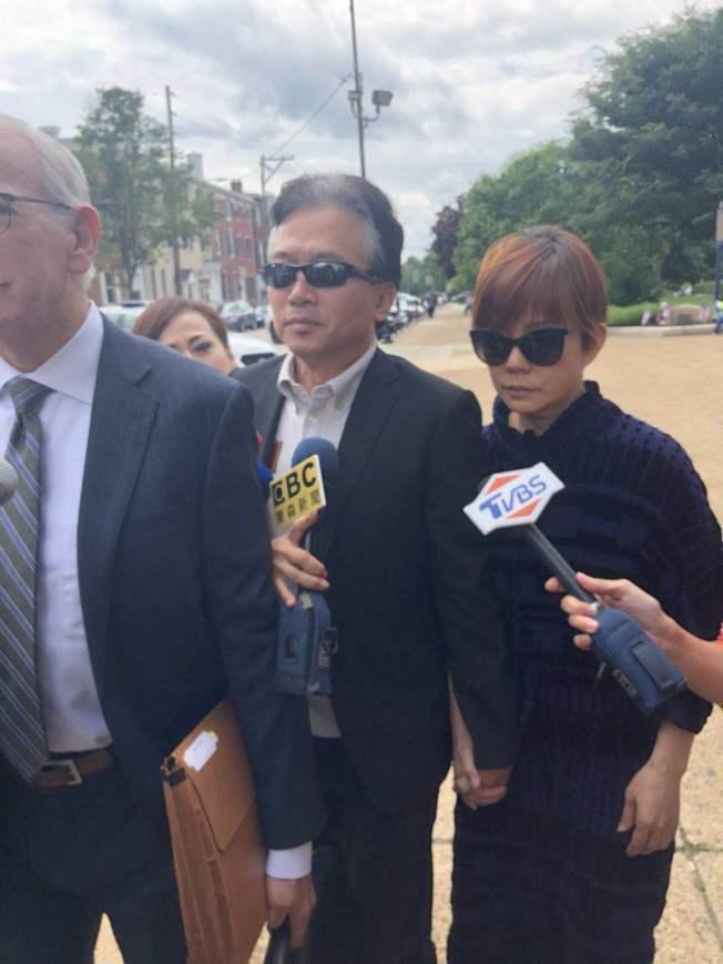 孫鵬(左)、狄鶯露面模樣憔悴。 記者劉麟/攝影