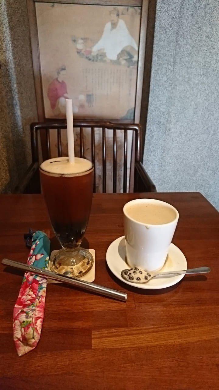 民進黨立委林靜儀認為用湯匙喝珍奶是為環保盡責任。圖/取自林靜儀臉書