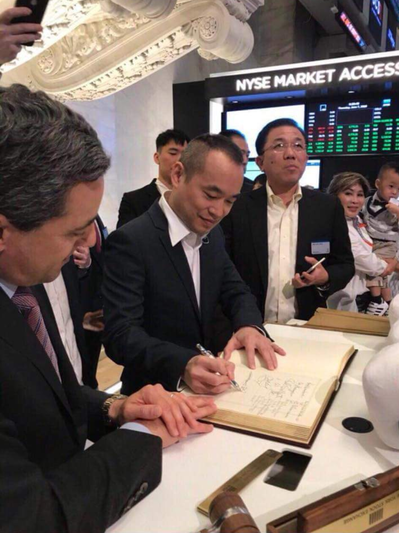大哥黃立成在NYSE敲鐘前,簽字留念。圖/取自黃立成臉書