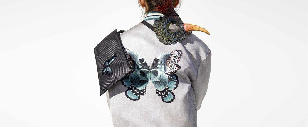 秋季運用展翅的蝴蝶圖樣,呈現柔美詩意。圖/LONGCHAMP提供