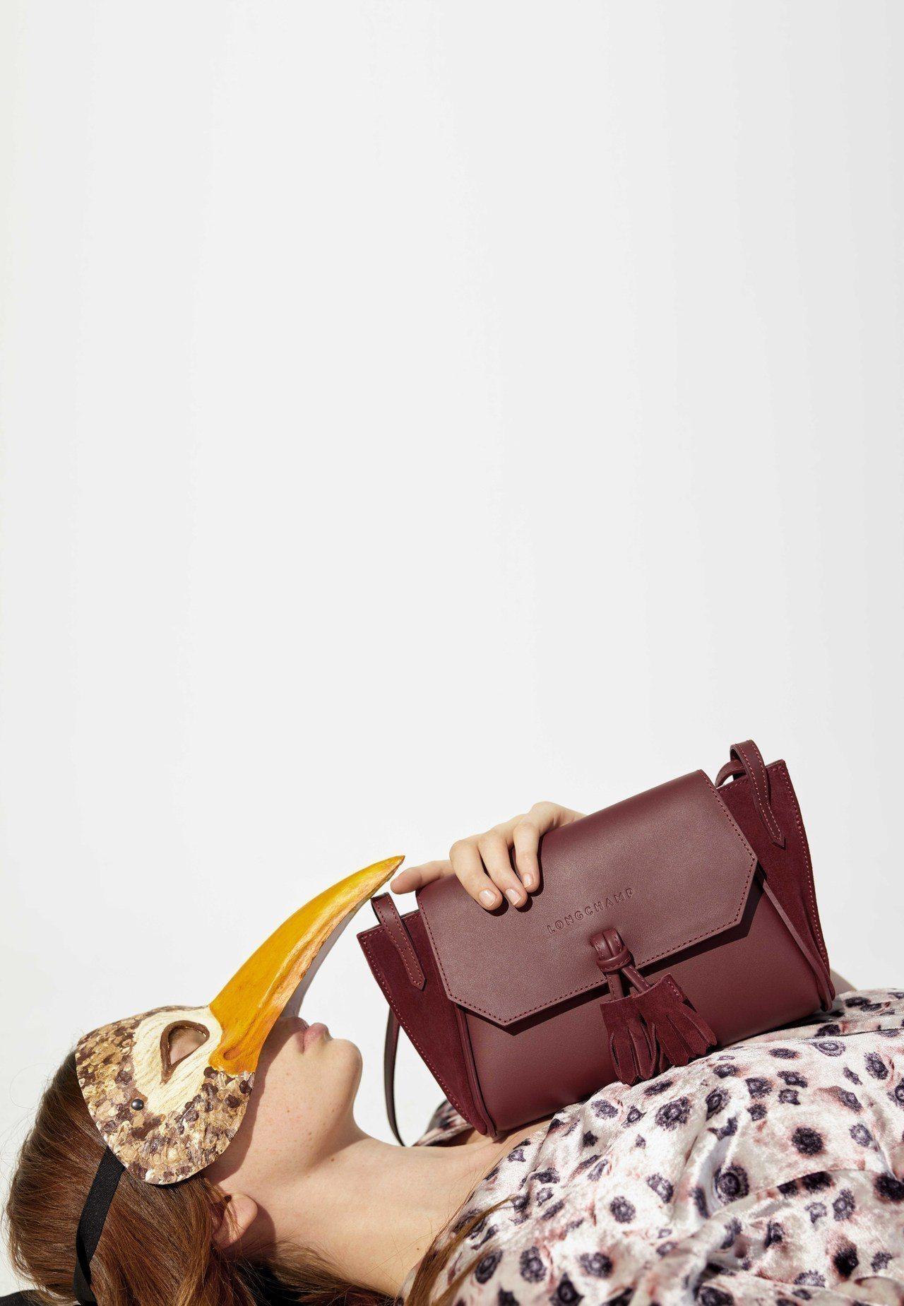 秋季系列以光滑的綢緞為主要材質。圖/LONGCHAMP提供