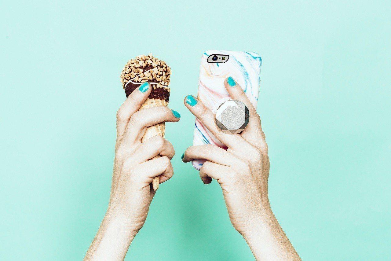 來自美國的「PopSockets(泡泡騷)」正夯,它黏貼在手機或平板螢幕背面,可...