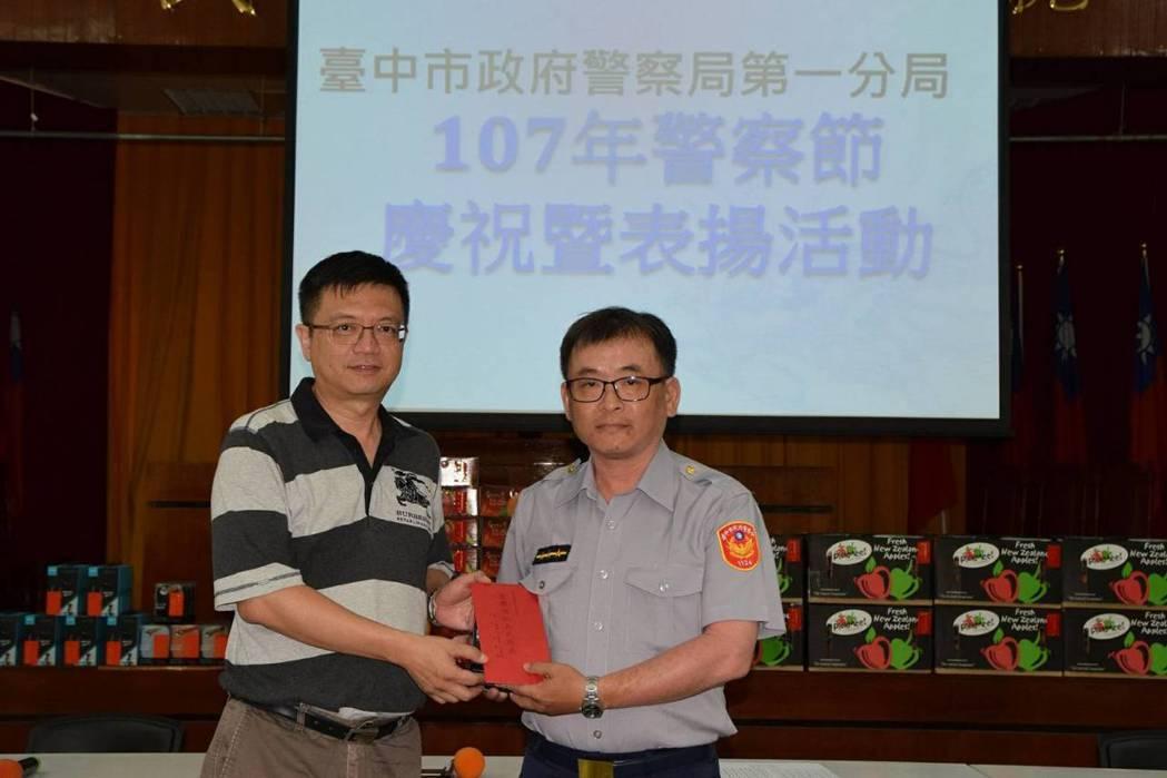 台中市第一警分局警友辦事處主任林傳凱頒獎給受獎警員林志營。記者游振昇/翻攝