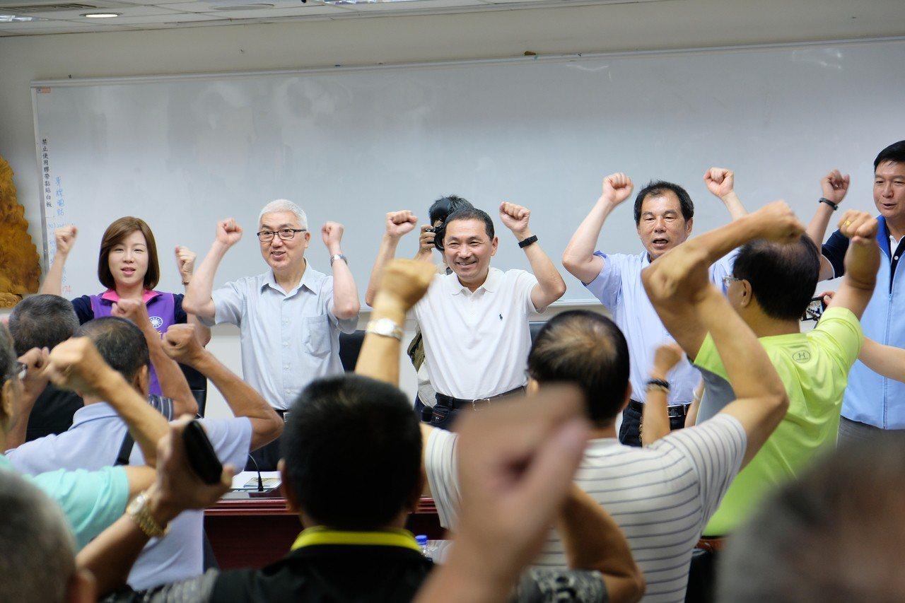 侯友宜與江翠區、新埔區36名里長舉辦座談會,結束後大家一起舉手喊「凍選」。記者張...
