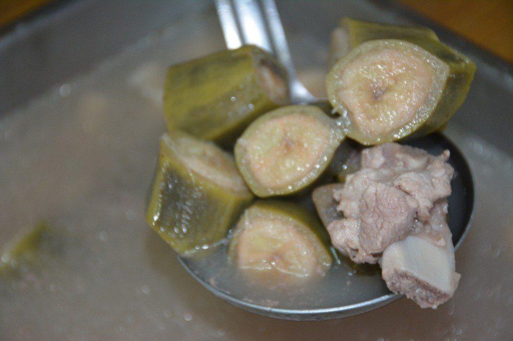 左鎮左中托老中心廚師褚梨雪研發的「香蕉排骨湯」。記者吳淑玲/攝影