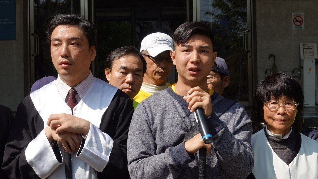 陳敬鎧(前右二)被依詐欺取財罪判1年2月徒刑定讞,3家銀行求償也分別獲判准。圖/...