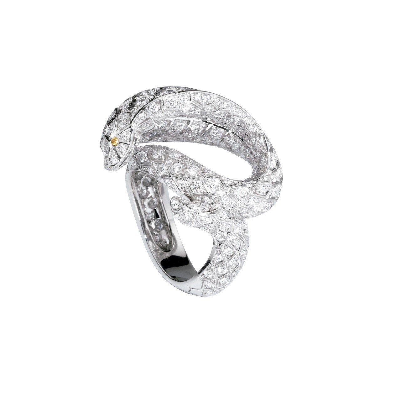 卡地亞頂級珠寶系列蛇行造形鑽石戒指,鉑金鑲嵌圓形明亮式切割鑽石,圓形明亮式切割褐...
