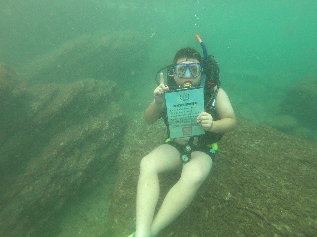 基隆市中華國小10名畢業生今天穿上都穿上潛水裝備,潛入5公尺深的海底拿到屬於自己...