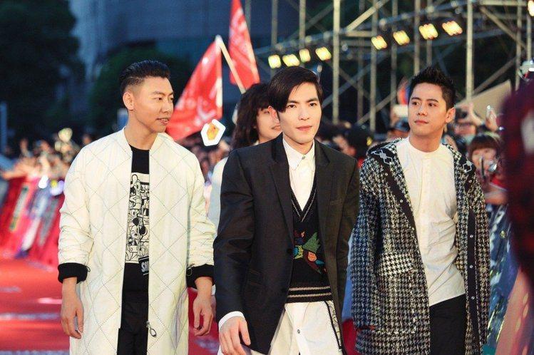 蕭敬騰和獅子合唱團身穿夏姿的迪士尼聯名系列。圖/夏姿提供