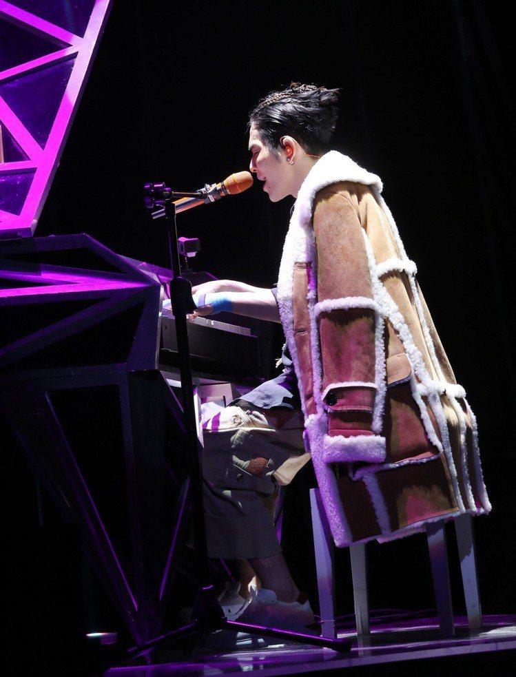 蕭敬騰在「娛樂先生」世界巡迴演唱會台北站穿LOEWE 2018秋冬外套。圖/LO...