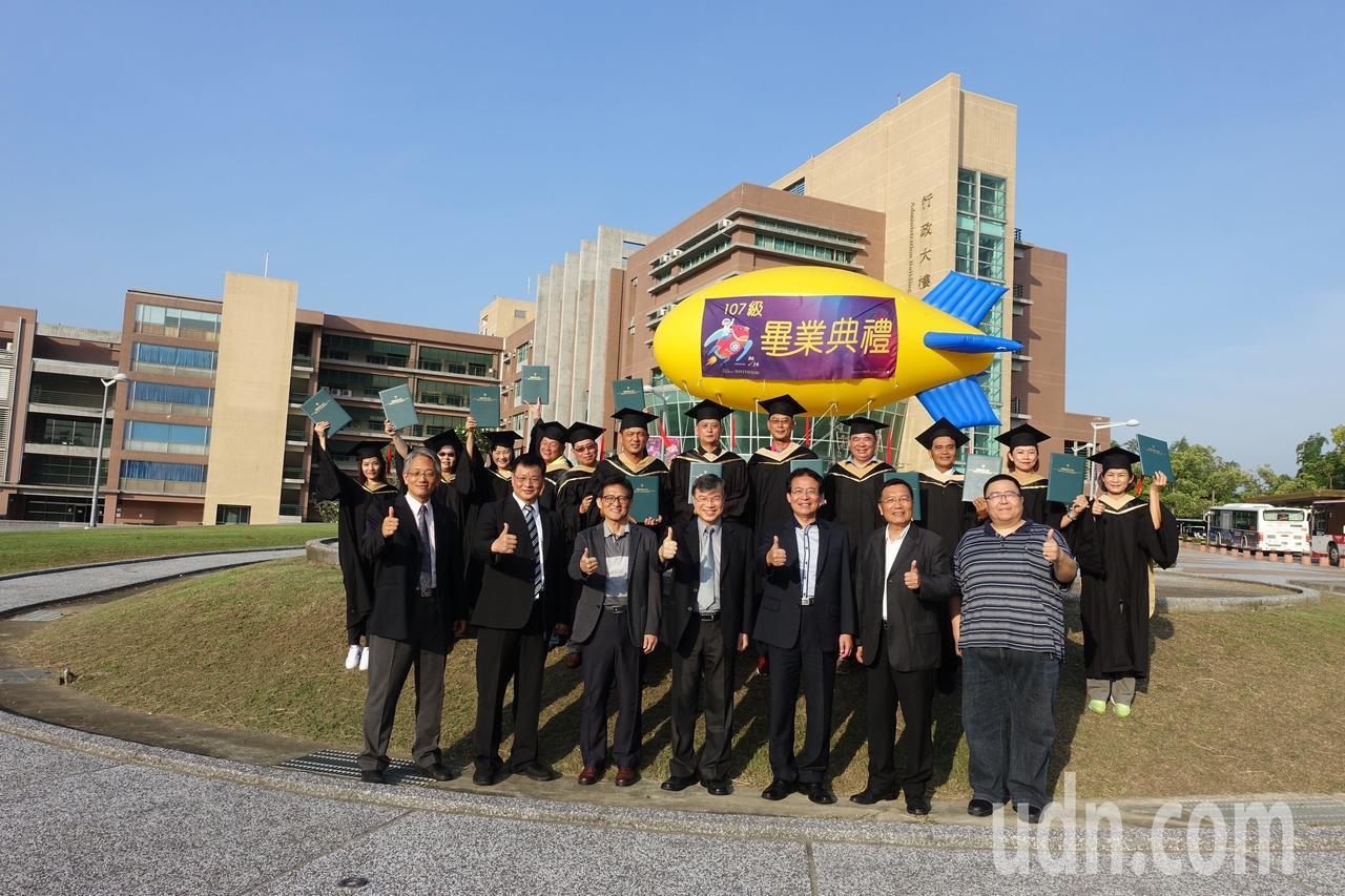 樹德科大經營管理研究所碩士在職專班,13名畢業生中有 9位是里長伯,號稱學校有史...