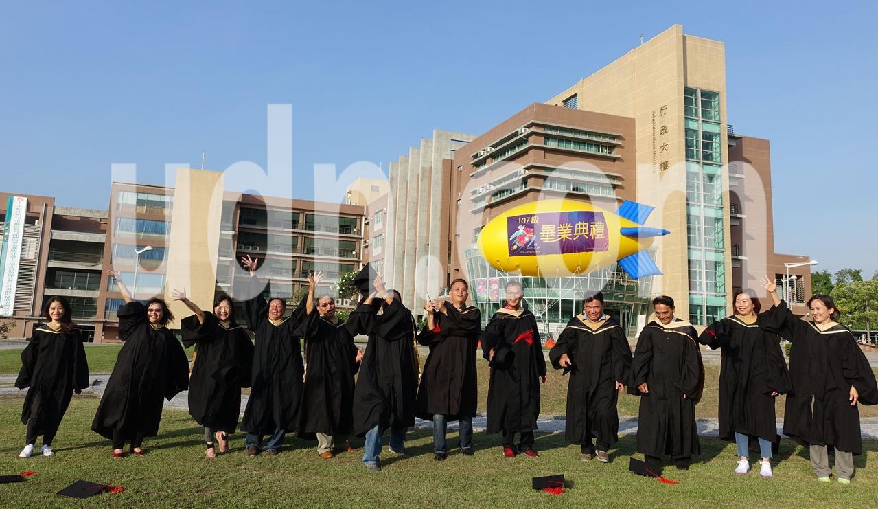 樹德科大經營管理研究所碩士在職專班,13名畢業生中有 9位是里長伯,今年集體畢業...