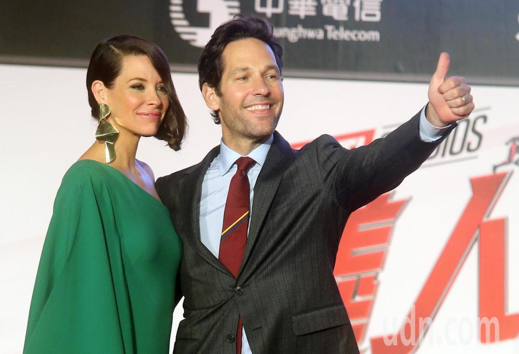 電影「蟻人與黃蜂女」男女主角保羅路德(右)與伊凡潔琳莉莉(左)來台為電影宣傳。記...