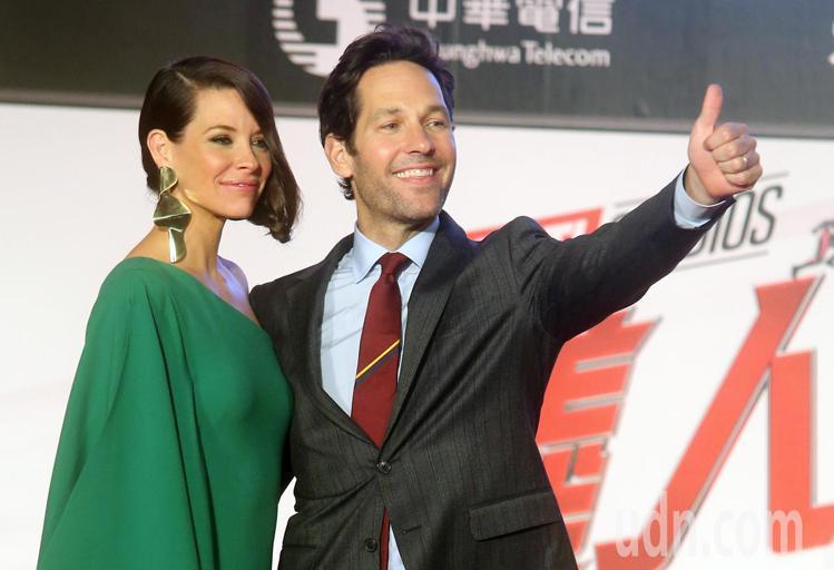 電影「蟻人與黃蜂女」男女主角保羅路德(右)與伊凡潔琳莉莉(左)來台為電影宣傳。圖...