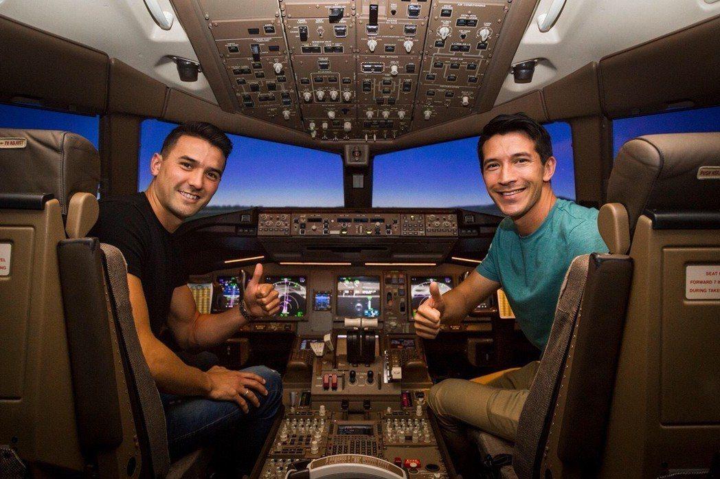 夏維耶(右)和周定洋體驗一日機師。 圖/長榮航空提供