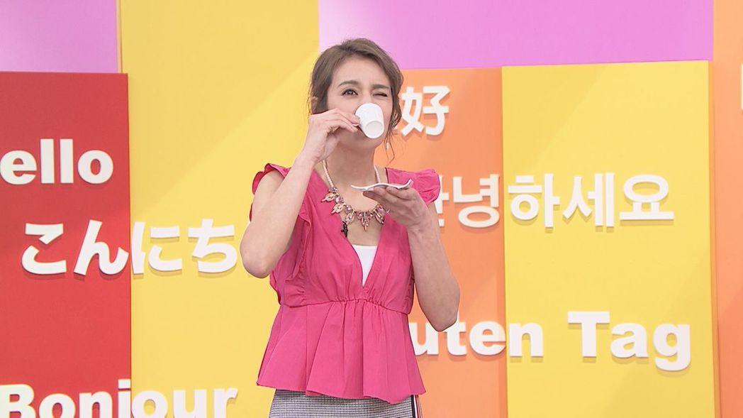 莎莎喝咖啡算命,被算出3個月內會懷孕。圖/八大提供
