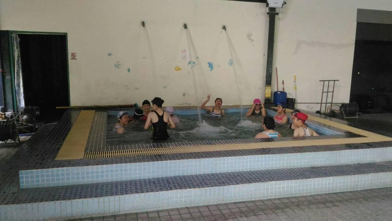 同濟中學學生上游泳課。圖/大林鄉鎮公所提供