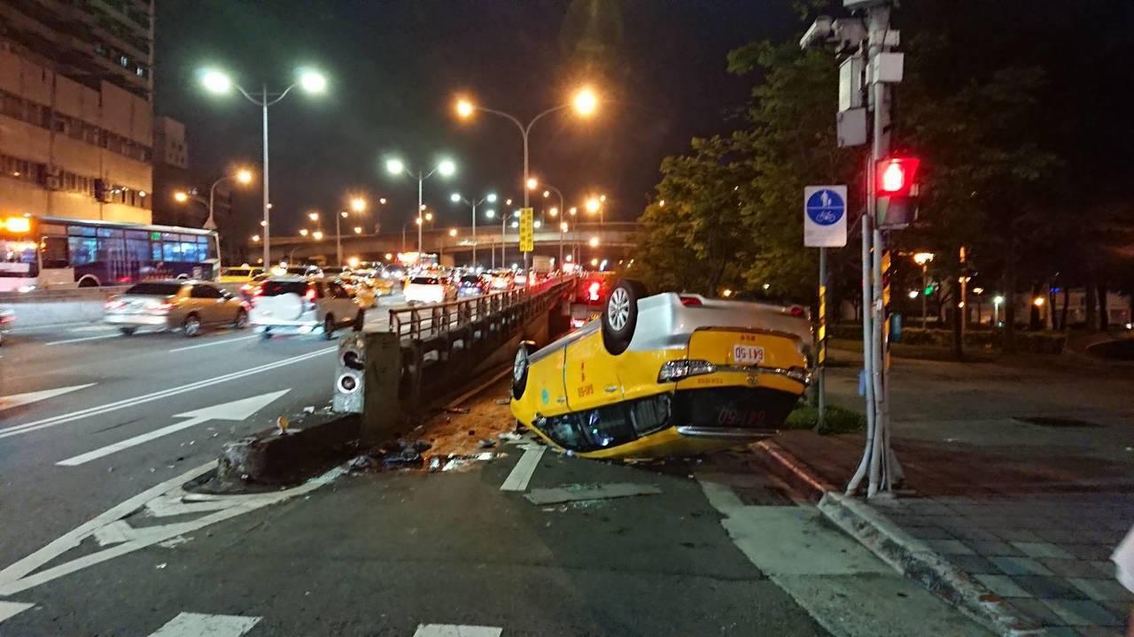 計程車撞上橋墩翻覆。記者李承穎/翻攝