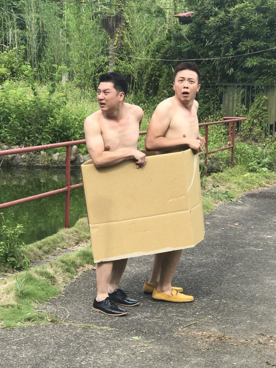 錦德(右)與曹景俊穿紙箱裸奔。圖/台視提供