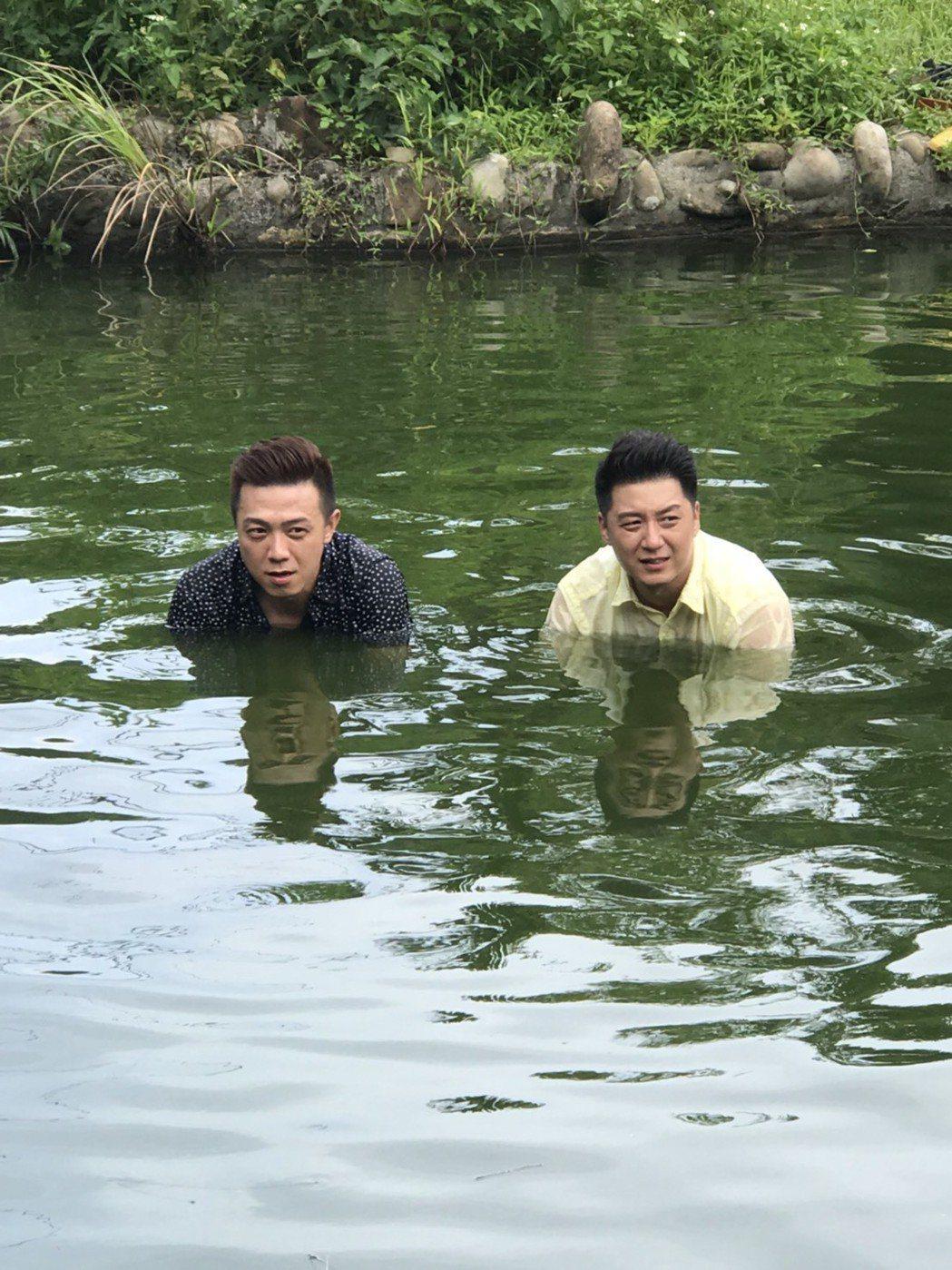 錦德(左)與曹景俊泡臭池塘。圖/台視提供