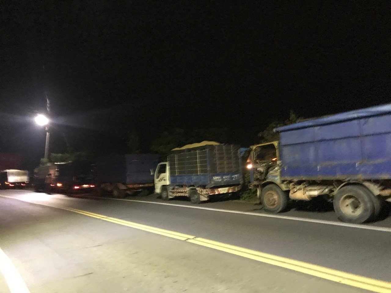 大雨逼近,跟老天爺借時間, 台南後壁搶割稻,車輛漏夜大排長龍。圖/張美雪提供