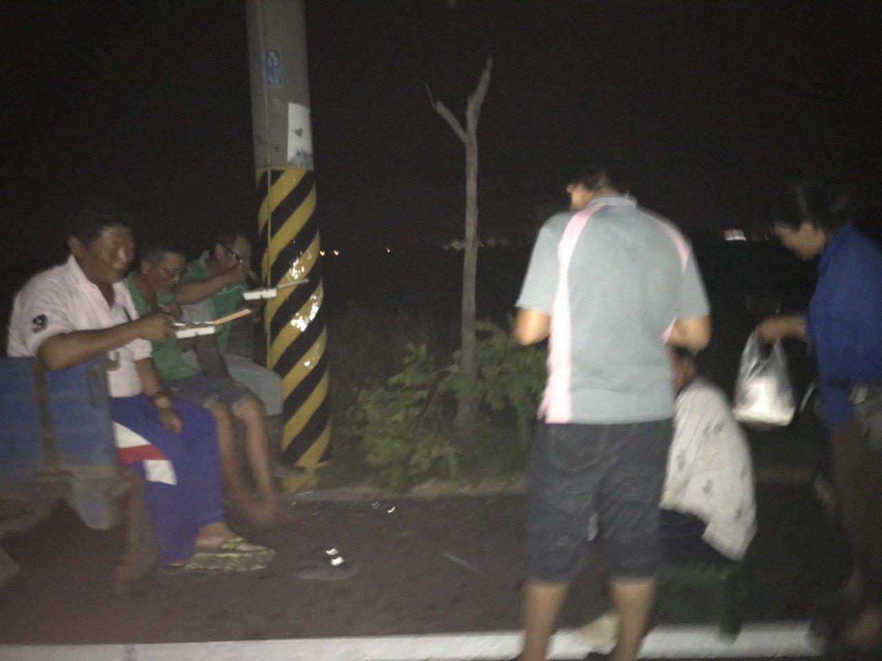 台南後壁搶割稻,農民忙到站站著吃飯,一刻不得閒。圖/張美雪提供