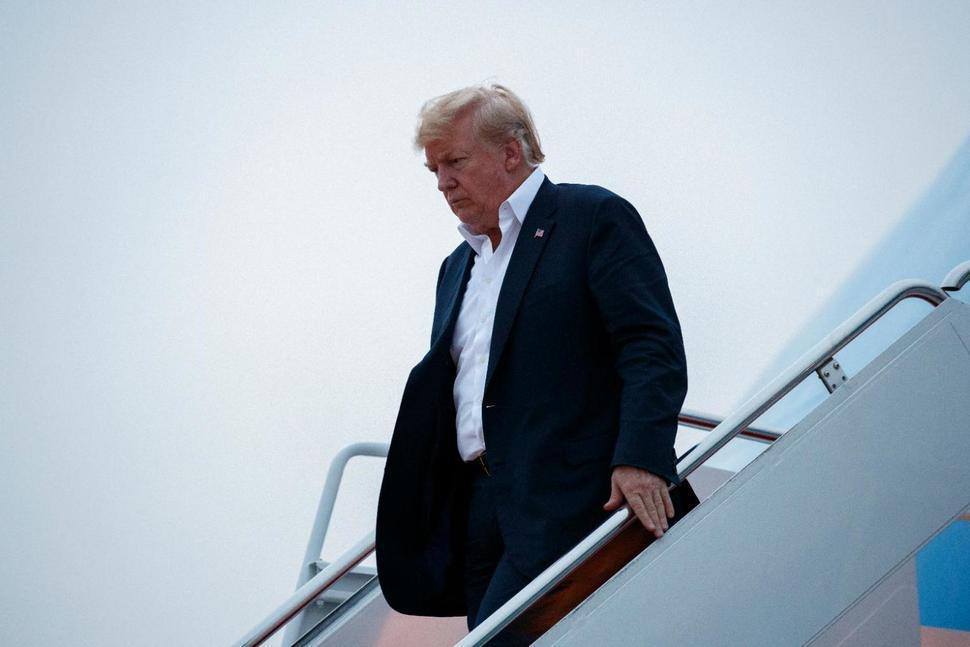 川普在13日凌晨抵達安德魯基地。美聯社