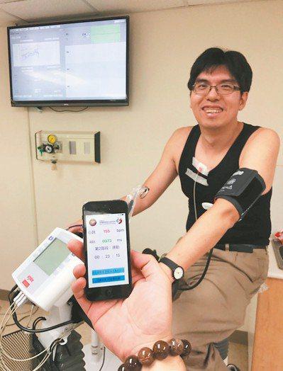 三軍總醫院復健部主治醫師蔣尚霖表示,結合智慧型裝置,病人在家就能完成運動訓練(圖...