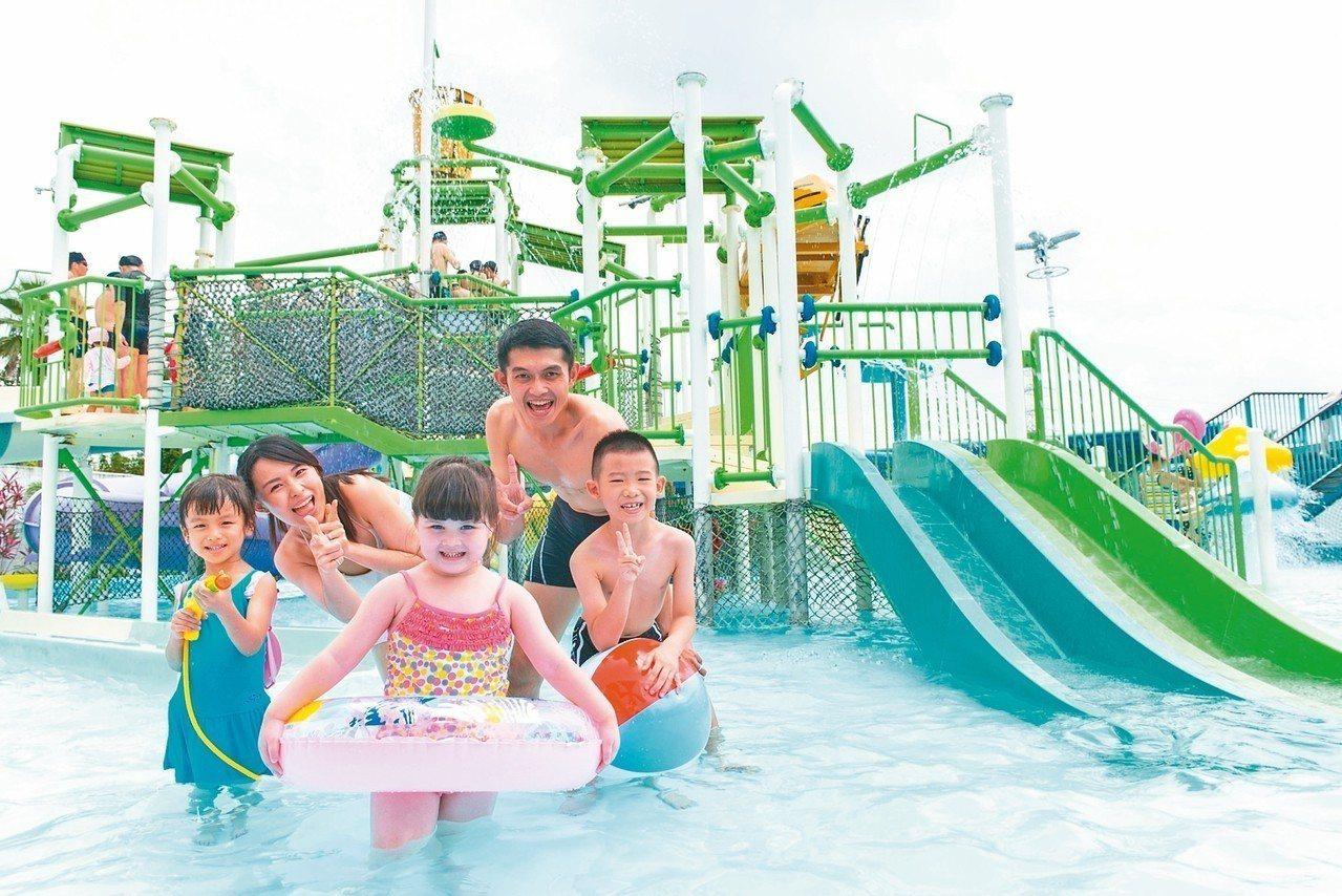 六福村水樂園連假期間門票買1送1。 圖/六福村提供