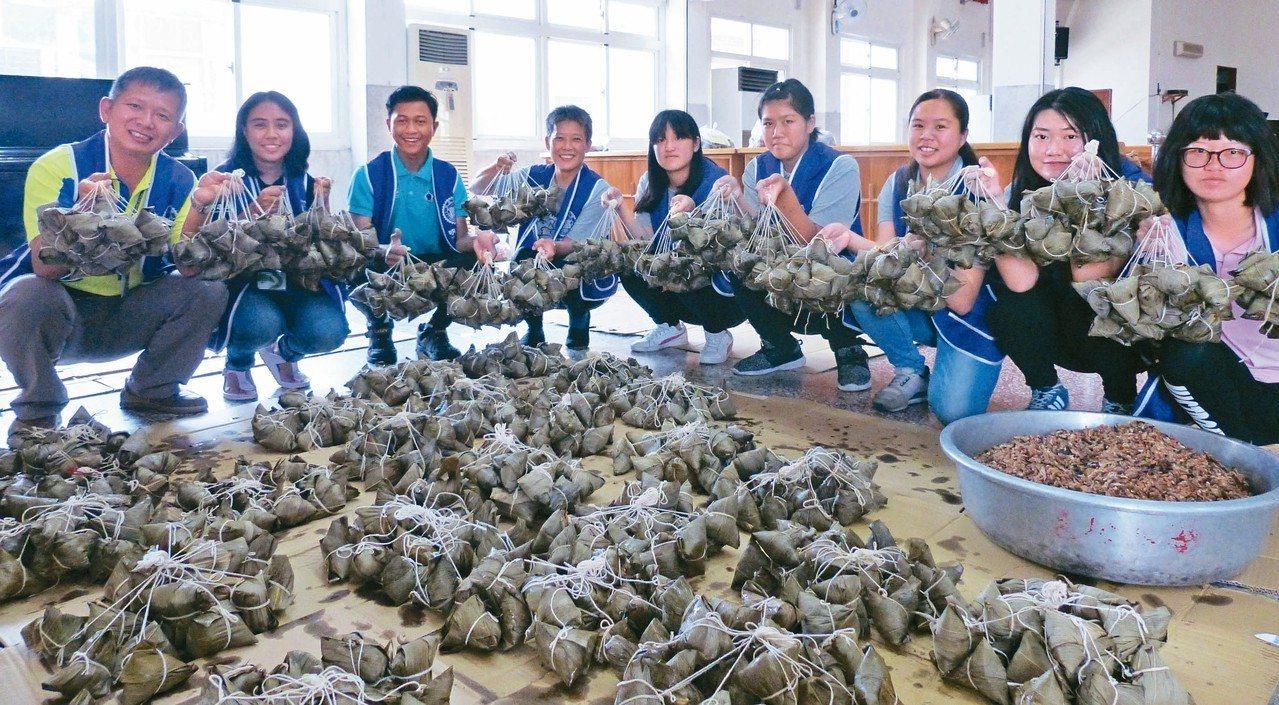 明道大學每年都招募志工來喜樂保育院幫忙包粽子。 記者凌筠婷/攝影