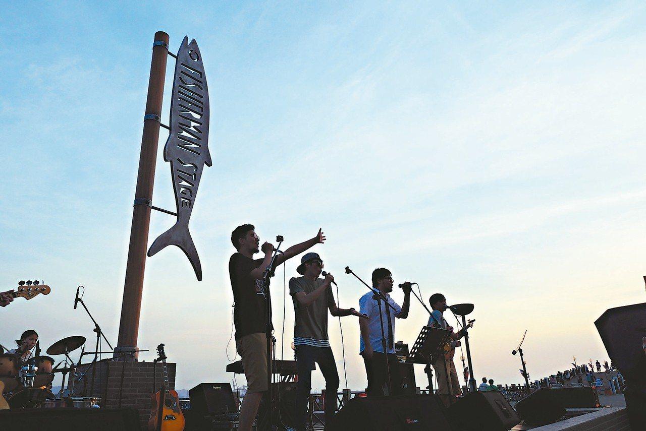 淡水漁人碼頭舞台去年吸引許多年輕人參加。 圖/市府觀光旅遊局提供