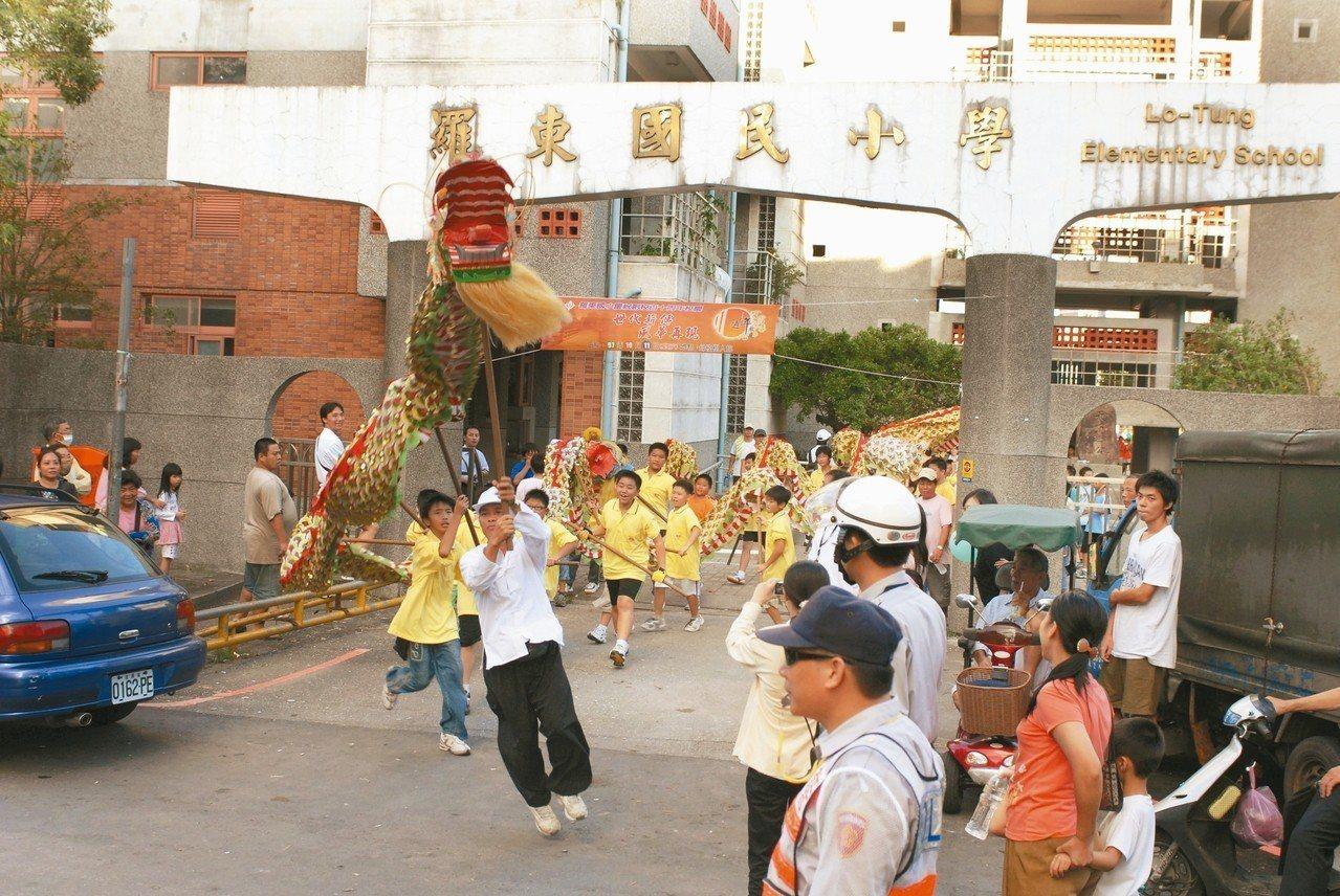 羅東城隍廟廟埕是羅東國小發源地,對學校意義深遠,110周年校慶時,校方即帶領舞龍...