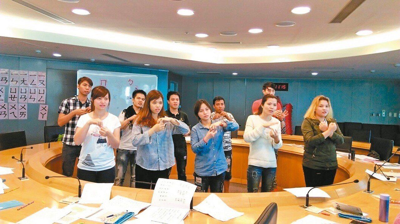 新北勞工局提供移工免費的中文課程,降低與雇主溝通不良而產生的糾紛。 圖/新北勞工...