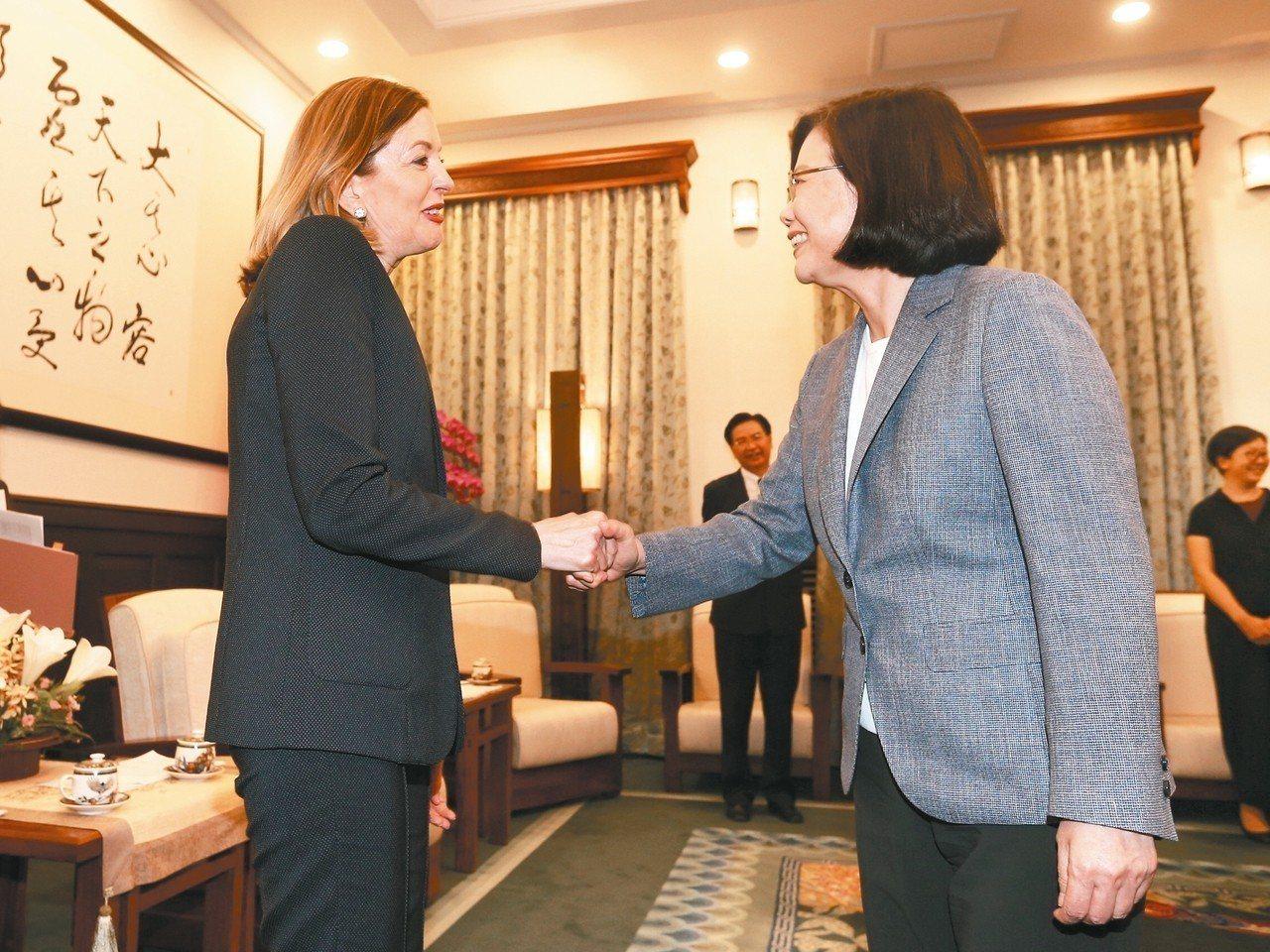 美國助理國務卿羅伊斯(左)來台訪問,蔡英文總統(右)昨接見時表示,這代表美國支持...