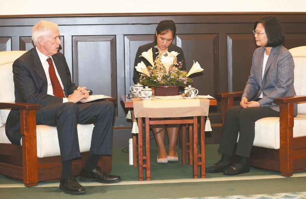 蔡英文總統(右)昨對美國在台協會主席莫健(左)表示,當中國大陸壓迫航空公司更改台...