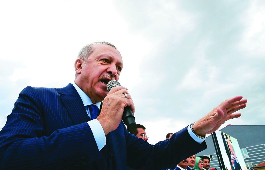 德國隊兩名土裔選手與土耳其總統埃爾多安會面並合影,引發德國輿論大譁。(美聯社)