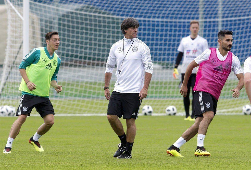 德國總教練勒夫(中)向球迷請求,比賽開打後別噓捲入政治風暴的厄齊爾(左)和京多安...