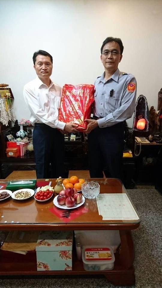 麻豆警分局警備隊長許文福 (左)今晚疑舉槍自盡,他今年三月生病時,分局長楊青垂(...