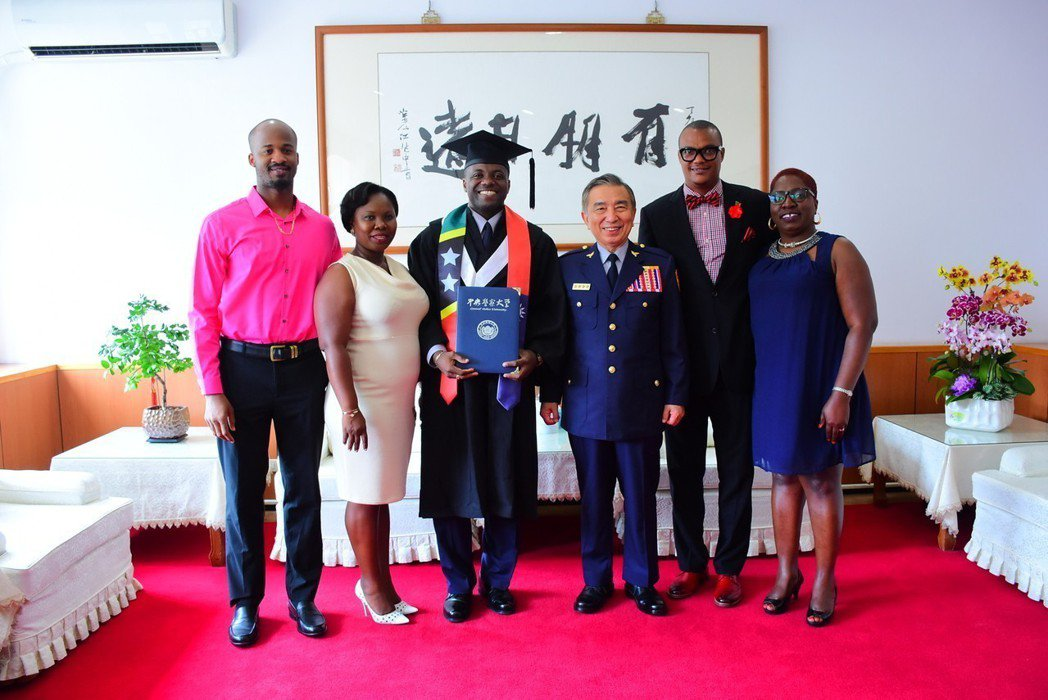 來自聖克里斯多福及尼維斯的艾睿可(左三),昨天自警大行政警察學系畢業,家人飛過大...