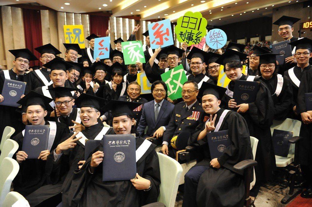 警察大學昨天舉辦畢業典禮,包括外籍生在內,總共有507名應屆畢業生。 圖/警大提...
